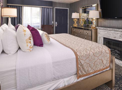 hotel room queen size bed