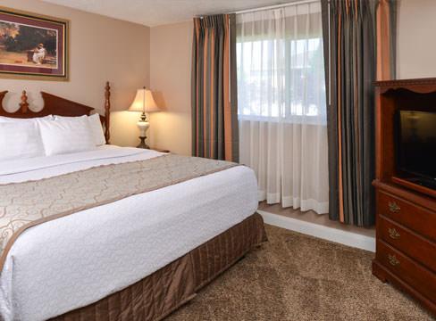 queen bed hotel room